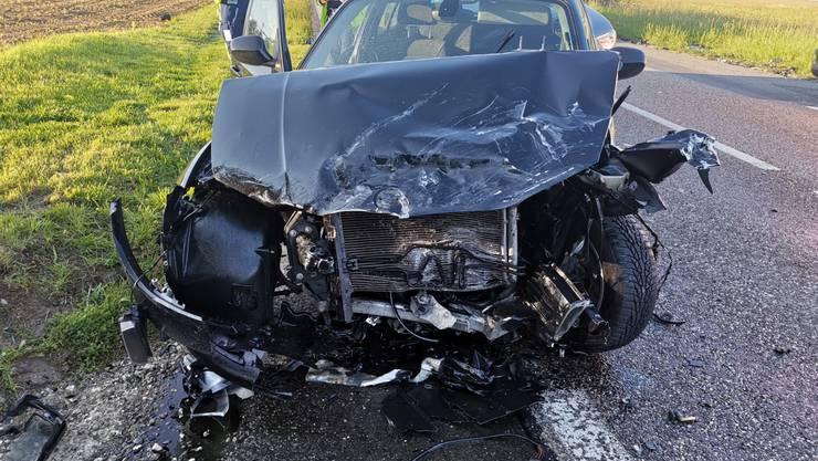 Der Aufprall verursachte einen hohen Sachschaden (Insgesamt ca. 40'000 Franken). Das Auto des Unfallfahrers wurde an der Front komplett beschädigt.