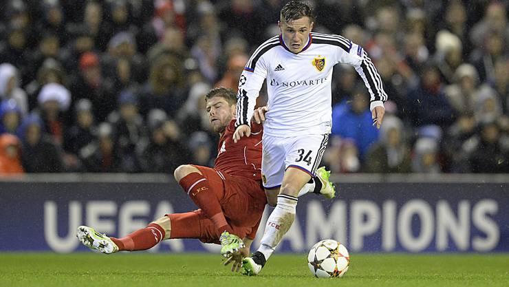 Eine der magischen Nächte für Taulant Xhaka (rechts, 9. Dezember 2014): Das 1:1 an der Anfield Road. Liverpool (hier mit Alberto Moreno) schied aus, der FCB zog ins Achtelfinale ein.