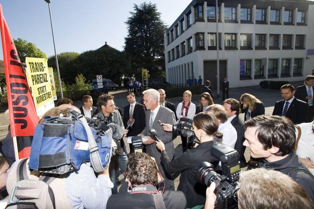 Kretschmann umringt von Journalisten und Zuschauern