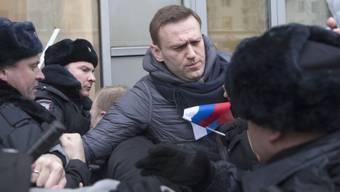 Der russische Oppositionsführer Alexej Nawalny ist am Sonntag vor einer Kundgebung festgenommen worden. Nun wurde er wieder freigelassen.