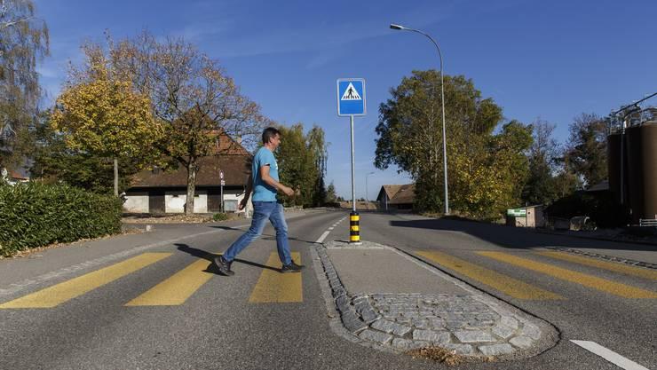So sieht ein vorbildlicher Fussgängerstreifen aus: Ein Schild, ein Leuchtpfosten und eine Strassenlampe, die den Abschnitt beleuchtet.