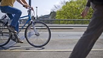 Ein betrunkener Radfahrer ist in Riehen gestürzt, nachdem er in zwei parkierte Personenwagen prallte.