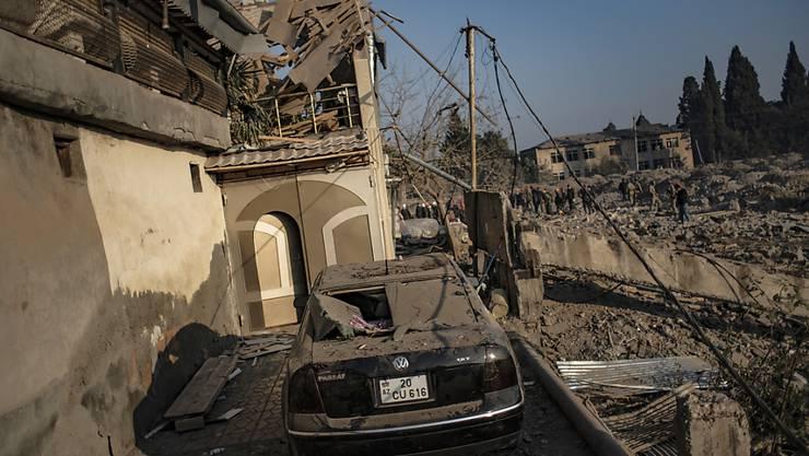 Eine Woche nach der vereinbarten Waffenruhe dauern die Kämpfe in der Konfliktregion Berg-Karabach im Südkaukasus an. Foto: Can Erok/DHA/AP/dpa