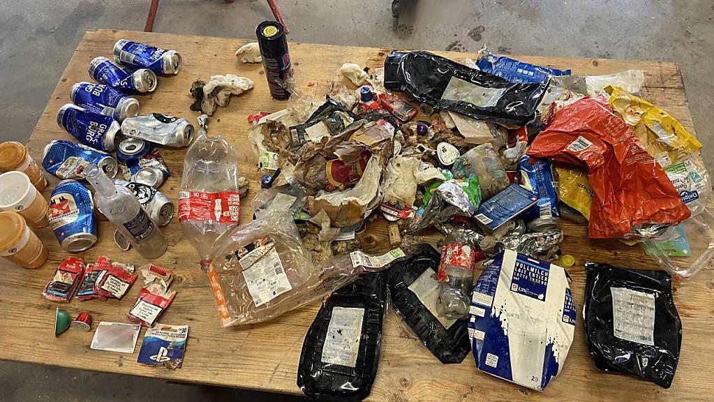 Der Inhalt eines Kehrichtsacks, der im Freiburger Fluss Neirivue gefunden wurde.