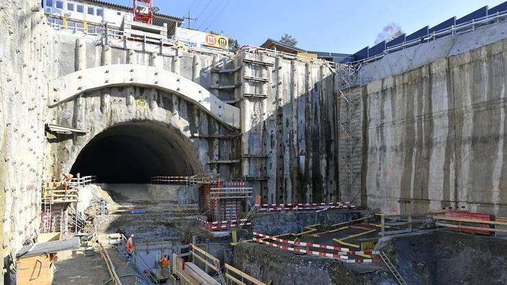 Auf der Weininger Seite des Gubrist ist - unter dem Dorf - ein Tunnel von nur 95 Meter in den Berg vorangetrieben worden. Dies erfolgte langsam und vorsichtig, um die darüber befindlichen Häuser zu schützen.