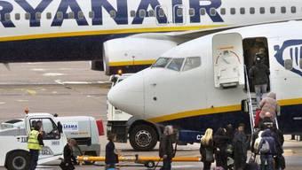 Passagiere steigen in eine Ryanair-Maschine ein (Symbolbild)