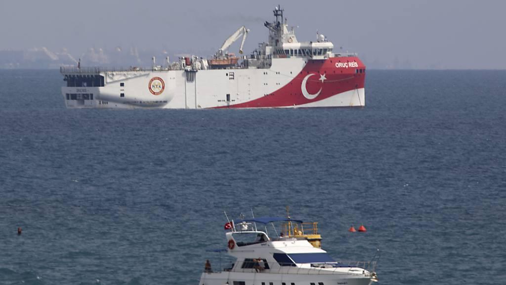 ARCHIV - Das türkische Forschungsschiff «Oruc Reis» (hinten) liegt vor der Küste von Antalya im Mittelmeer. Foto: Burhan Ozbilici/AP/dpa
