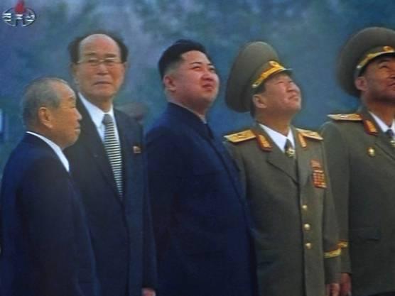 Nordkoreas Machthaber Kim Jong Un (Mitte; Archiv)
