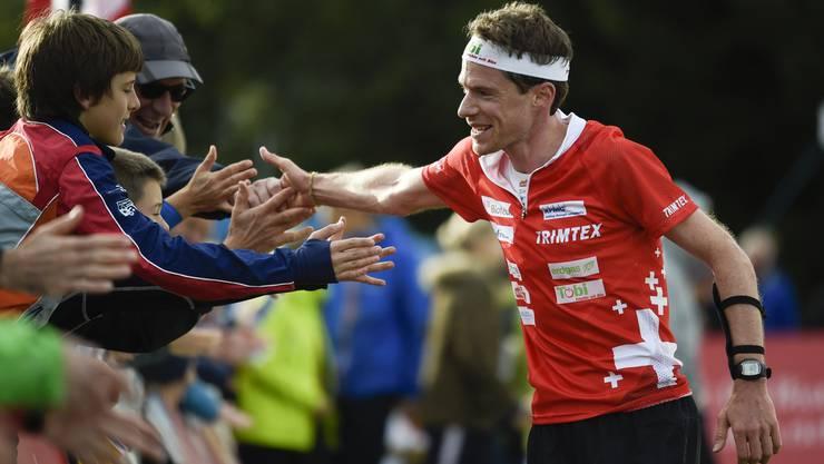 Daniel Hubmann lässt sich nach seinem Zieleinlauf zu seinem sechsten Weltcup-Gesamtsieg vom Publikum feiern.
