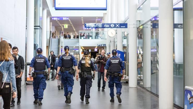 Mehr als ein Dutzend Polizisten waren am Bahnhof im Einsatz.