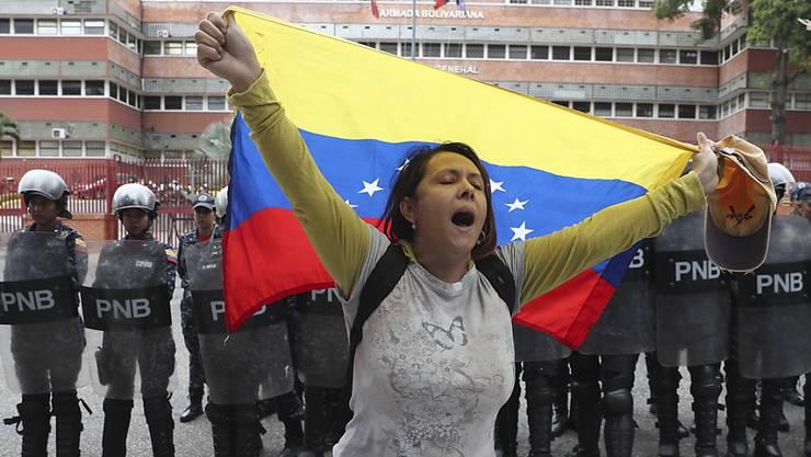 Eine Oppositionsanhängerin vor dem Hauptquartier der Marine in Caracas.