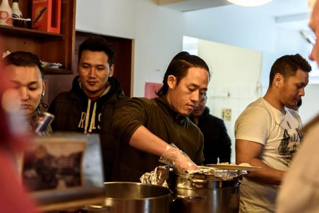 Die Asylsuchenden servieren tibetische Spezialitäten.