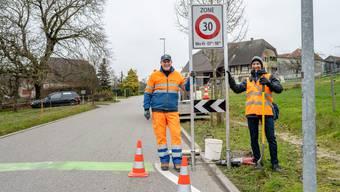 Sacha Christen (Signal AG, links) und Peter Portmann (Amt für Verkehr und Tiefbau) mit dem neuen Tempo-30-Schild.