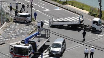 Bergungsarbeiten nach einem Verkehrsunfall in Japan, bei dem ein Auto in eine Kleinkindergruppe raste und zwei Kinder tötete.