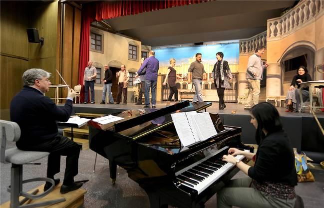 Dirigent Andreas Spörri, Pianistin Stella Timenova und das Solistenensemble bei ihren ersten Proben auf der Bühne der Mehrzweckhalle in Mümliswil.