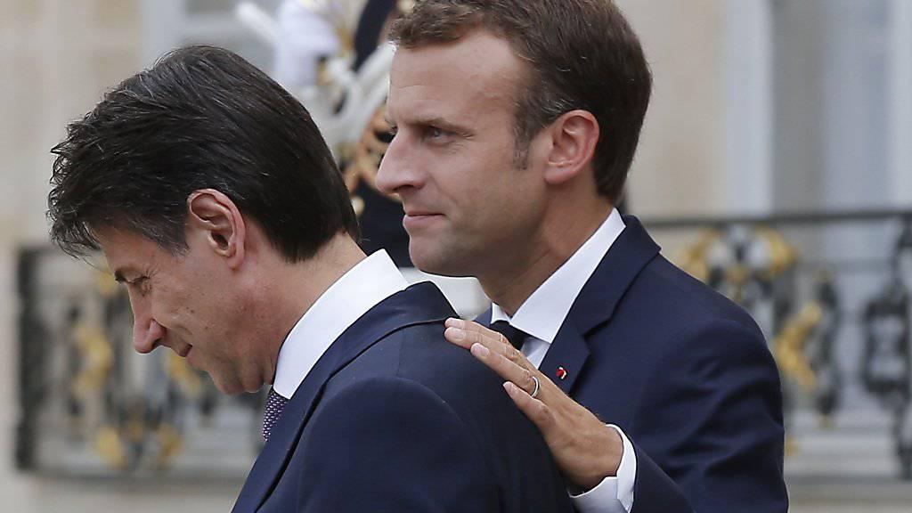 Der französische Präsident Emmanuel Macron hat am Freitag Italiens Premier Giuseppe Conte zu dessen Antrittsbesuch in Paris empfangen. (AP Photo/Michel Euler)