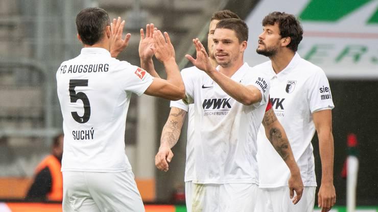 Suchy jubelt mit seinen Kollegen über den Sieg gegen Dortmund.