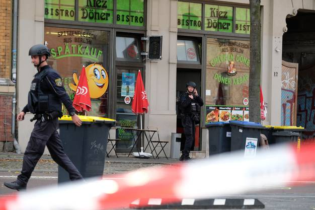 Polizisten vor einem Döner-Laden. (Sebastian Willnow/dpa)