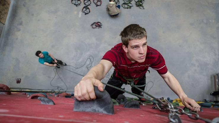 az-Mitarbeiter Josua Bieler in der Lenzburger Kletterhalle. Hier aber nicht am «Bouldern» sondern noch klassisch gesichert.