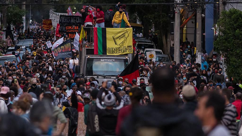 Demonstranten ziehen durch die Straßen. Der Protest fand statt, nachdem ein Mann vor einem Supermarkt in Porto Alegre von zwei Sicherheitsmännern niedergerungen und brutal geschlagen worden war. Der 40-Jährige erlag noch am Tatort seinen Verletzungen.