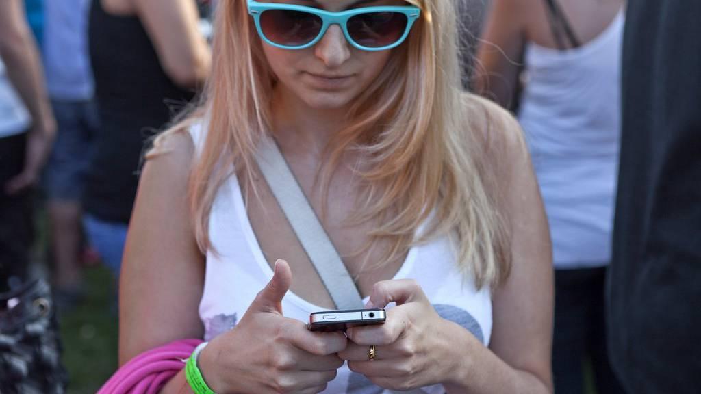 Das Jugendwort des Jahres beschreibt Menschen, die wie Zombies mit ihren Smartphones durch die Strasse wandeln (Symbolbild). (KEYSTONE/Martin Ruetschi)