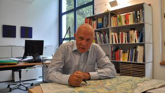 Max Läng, Gemeindeammann von Obersiggenthal, erklärt die Linienführung des Baldeggtunnels. cru