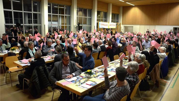 Die 416 anwesenden stimmberechtigten Genossenschaftsmitglieder hiessen den Streichungsantrag einstimmig gut.