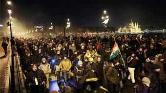 Demonstration in Budapest: Neu gehen auch die Arbeitnehmer auf die Strasse und protestieren gegen Viktor Orbán. BALAZS MOHAI/Keystone