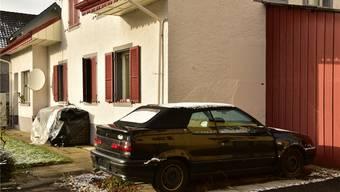 Der Renault steht seit 1½ Jahren auf dem Parkplatz eines Privatgrundstücks an der Hauptstrasse 60 in Erlinsbach.