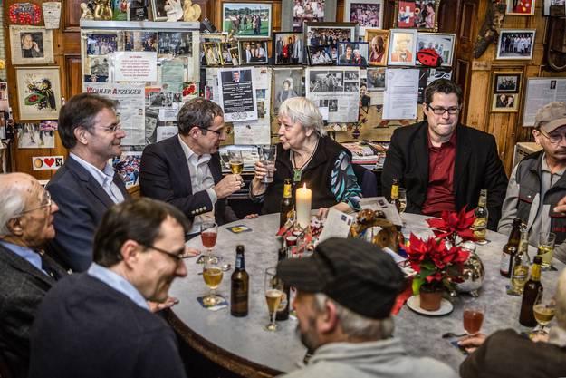 Landammann Urs Hofmann beim ersten Landammann-Stammtisch der Saison zu Gast im Restaurant Weber Chäber in Wohlen bei der Aargauerin des Jahres Beizerin Irma Koch.
