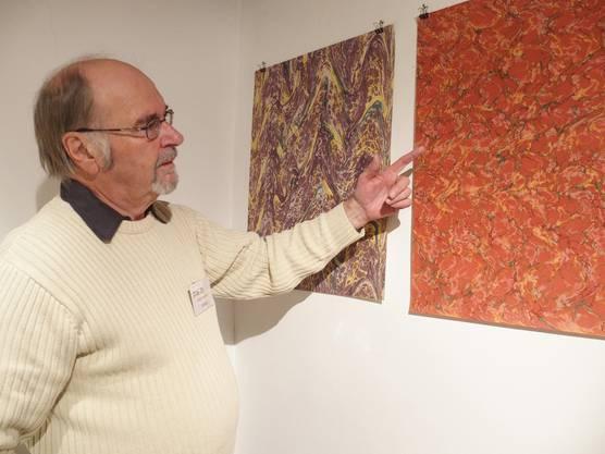 Edi Mülli, der Papier von Hand schöpft, erklärt den Prozess des Marmorierens.