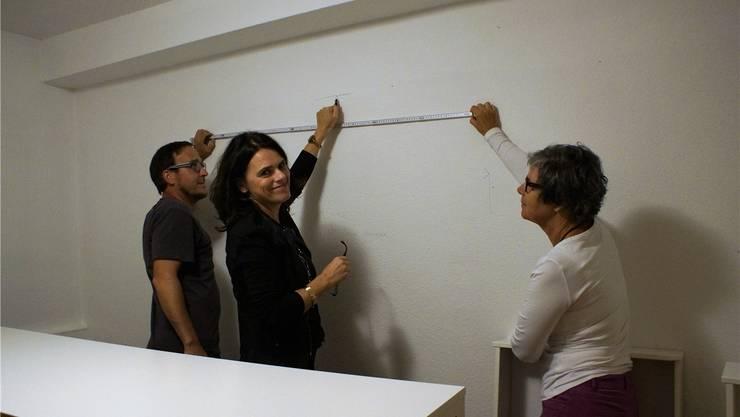 Die Präsidentin des Elternrates Ines Pocher (Mitte), Dominik Grütter aus dem Bauteam und Fränzi Späti (Vertreterin Mittagstisch) legen selbst Hand an beim Umbau.
