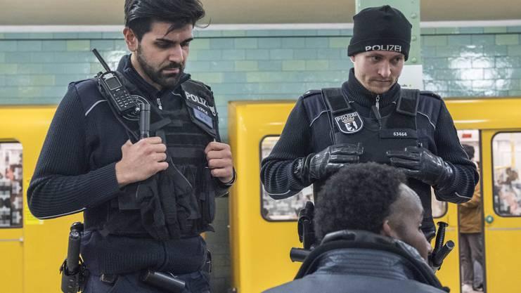 Die Polizeistreife redet auf einen Mann ein – er hat bereits einen Platzverweis.
