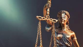Ohne Geld wird Justitia nicht tätig. Prozessfinanzierer stellen die nötigen Mittel bereit.