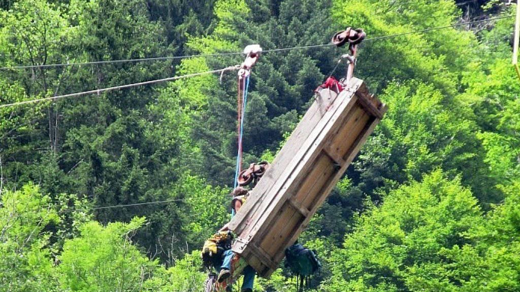 In der verunfallten Materialbahn sass eine Älplerin, die sich verletzt.