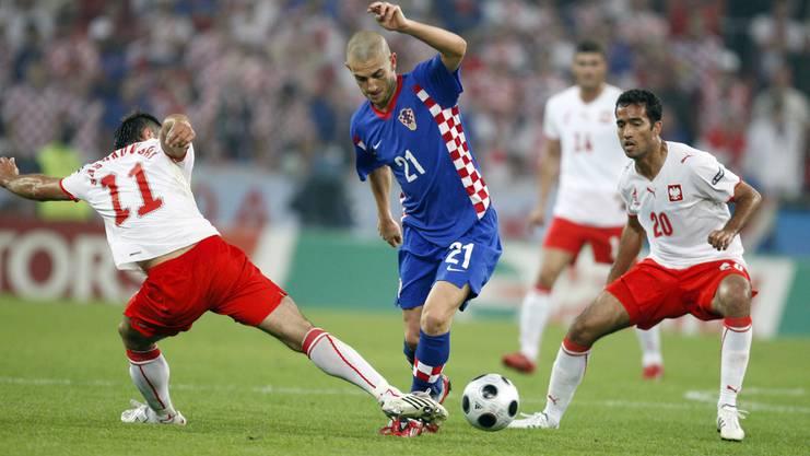 Polen an der EM 2008 gegen Kroatien mit Mladen Petric (Mitte).