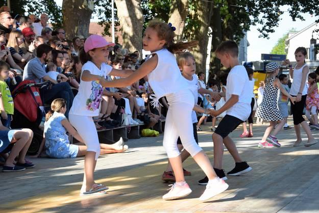 Tanzkurstänze von Unter- und Mittelstufe auf der Tanzbühne Schützenmatt
