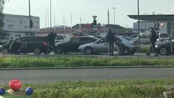 In Hunzenschwil verhafteten mehrere zivile Polizisten 2 mutmassliche Einbrecher. Dabei zerrten sie die Männer direkt vor einem Rotlicht aus dem Auto.