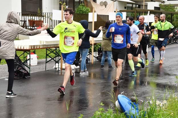 Mit einem seeligen Lächeln danken die Läufer für die dargebotene Verpflegung.