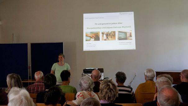Frau Irene Härdi referiert zur positiven Wirkung der Seniorenrhythmik.