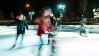 Seit einigen Tagen kann auf der Kunsteisbahn beim Campus wieder übers Eis gefahren werden. Auf Wunsch         steht das Eisfeld auch neben den Öffnungszeiten für Firmen- und Vereinsanlässe zur Verfügung.
