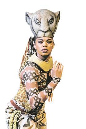 Melina M'Poy als Nala im Musical Lion King.