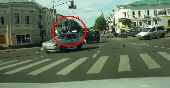 Video zum Staunen: Mehr Glück als dieser Töff-Fahrer wirst du in deinem ganzen Leben nicht haben