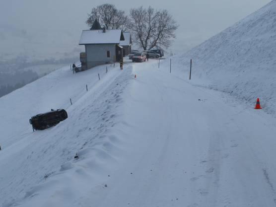Eine Auto ist in der Gemeinde Schüpfheim von einer schneebedeckten Strasse abgekommen und einen Hang hinunter gerutscht. Der Lenker wurde verletzt. Der Sachschaden beträgt 5000 Franken.