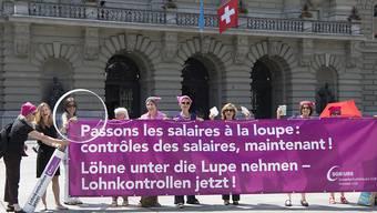 Frauen fordern auf dem Bundesplatz Lohngleichheit.