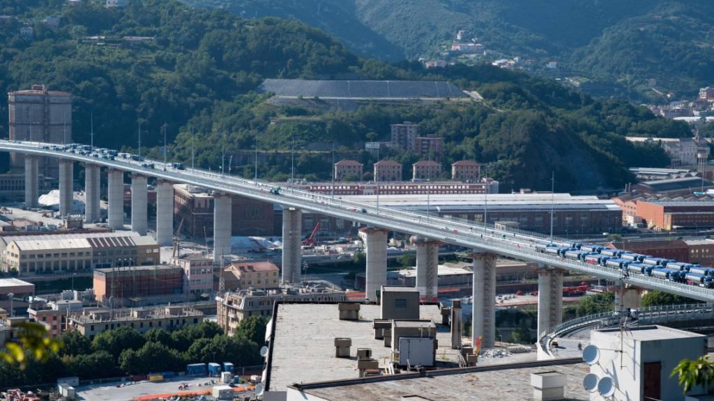 Eine Woche vor der feierlichen Eröffnung der neuen Autobahnbrücke in der italienischen Hafenstadt Genua hat das renommierte Orchester der Akademie Nazionale di Santa Cecilia am Fuss des Bauwerks ein Konzert gegeben.