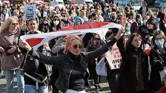 Die schweizerisch-weissrussische Doppelbürgerin Natallia Hersche (Mitte) an der Frauendemonstration in Minsk.