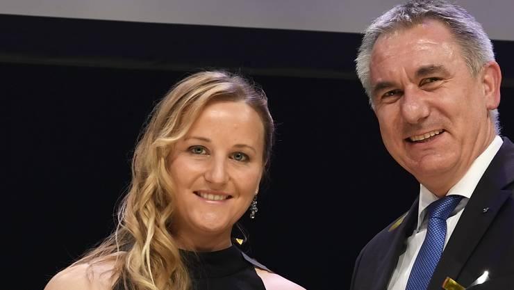 Mit Trophäe und Blumenstrauss: Kathrin Stirnemann posiert nach der Auszeichnung als Aargauer Sportlerin des Jahres 2017.