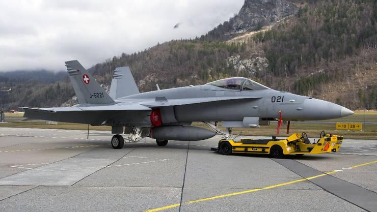 Dein Elektro-Spezialfahrzeugen der Firma Klingler aus Unterentfelden zieht einen Armee-Flieger