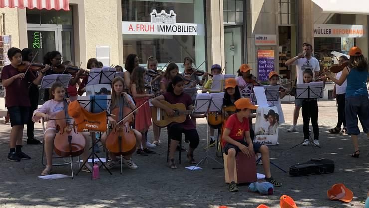 Das Ensemble im Schatten eines Baumes auf dem Friedhofsplatz in Solothurn